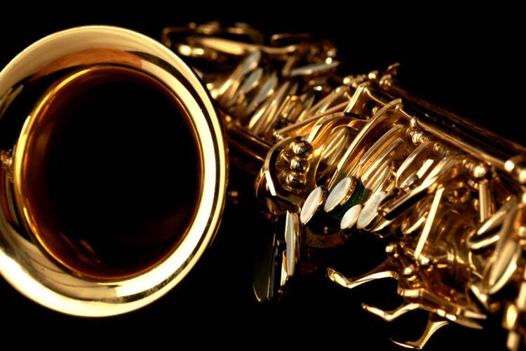 close,up,gold,alto,saxophone,on,black,background